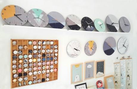 קיר תצוגה בסטודיו/ידיות ושעונים
