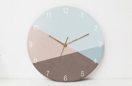 שעון קיר בעיצוב נורדי/שעון קיר בגווני תכלת וחום מעושנים/ שעון קיר למשרד/ שעון מעוצב לבית