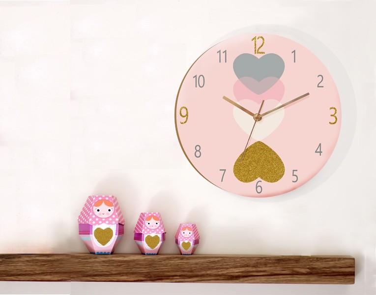 שעון קיר לחדר של בת/עיצוב חדר תינוקות לבבות ורודים/שעון עץ עגול