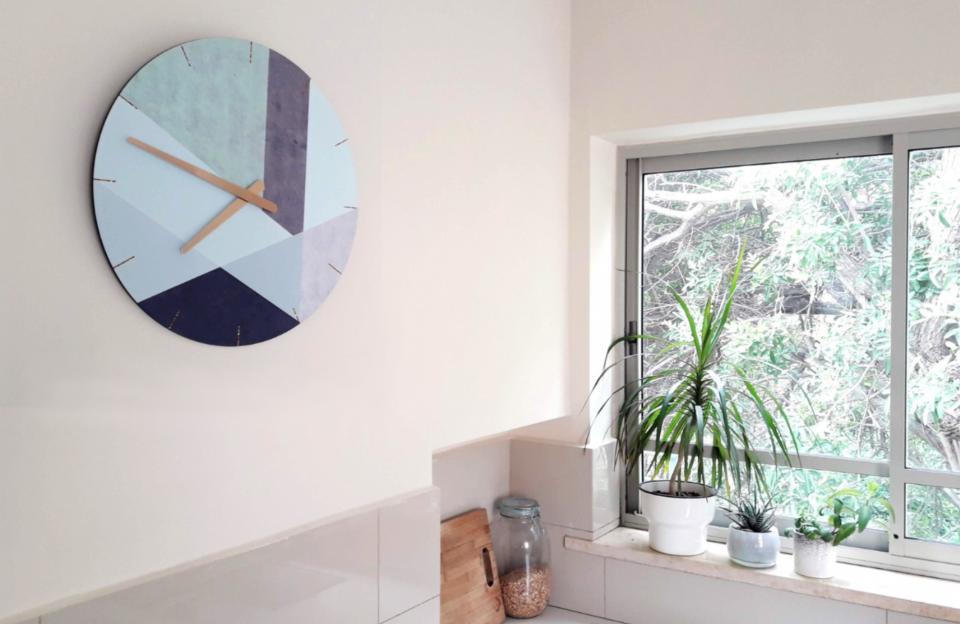 שעון קיר גדול בעיצוב גאומטרי/שעון עגול בסטייל סקנדינבי בגוונים מעושנים/שעון מעוצב לבית